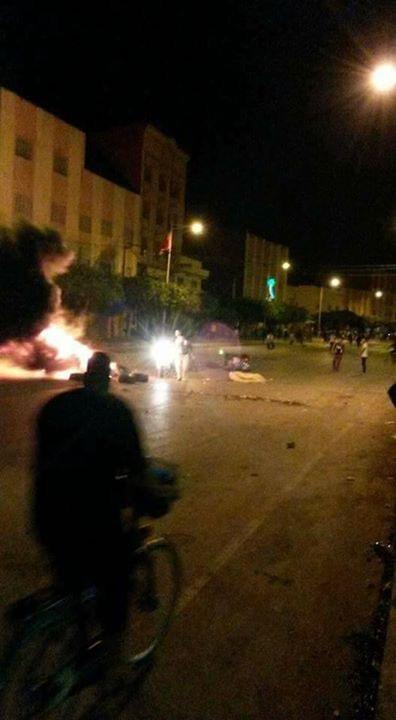 بالفيديو. اضرام النار في شوارع العروي وحديث عن اعتقال ثلاثة نشطاء من حراك الناظور والعروي وازغنغان
