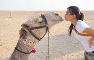 """شقيقة كيم كارداشيان تُقبل """"جمل"""" في مصر (صورة)"""