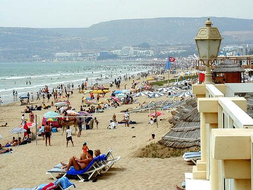 دار مع راسو حجّة وزيارة.. واحد مشا يتبحر فشاطئ أكادير وسرق عشرات المصطافين