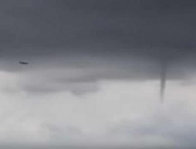بالفيديو. طيارة فلتات من ثلاثة اعاصير فوسط السما