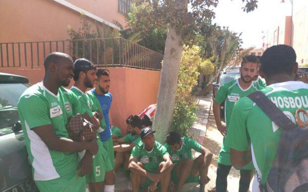 التهميش خلى لاعبو شباب المسيرة يحتجو أمام ولاية العيون (صور)