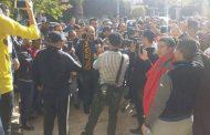 """احتجاجات أمام الجامعة الملكية لكرة القدم للمطالبة برحيل المرنيسي رئيس الماص وها الرد ديالو لـ""""كود"""""""