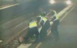 بالفيديو. انقاذ مرأة في آخر لحظة قبل ما يشرذمها التران