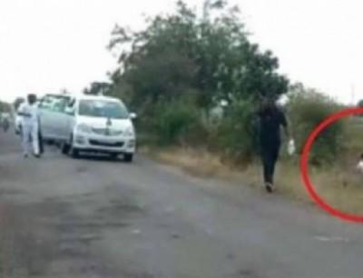 بالفيديو. نايضة على وزير هندي تبول على جانب الطريق